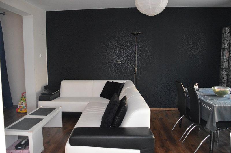 Черная отделка стен гостиной