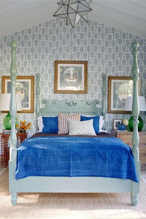 уютная спальня голубого цвета в стиле прованс