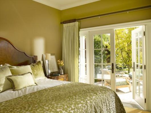 уютная спальня фисташкогова цвета в стиле прованс