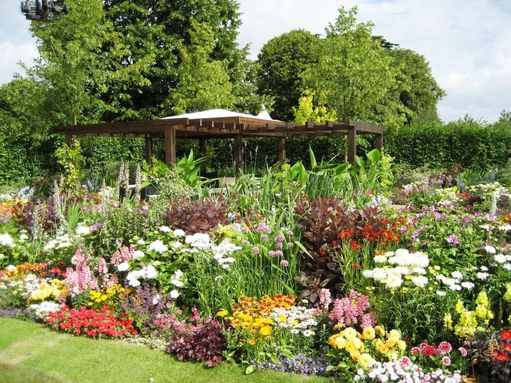Цветочный сад с беседкой