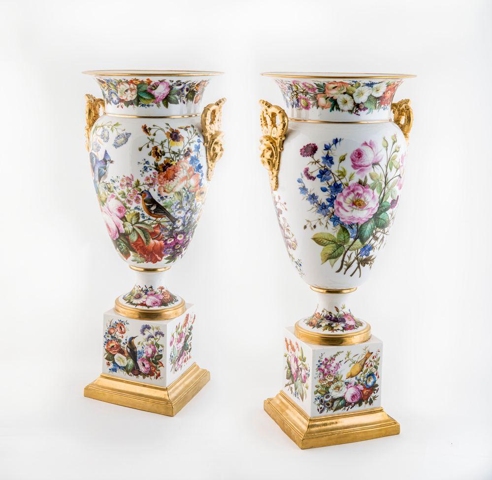 Фарфоровые вазочки для украшения гостиной с камином