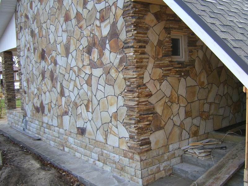 Отделка дома из пеноблоков натуральным камнем