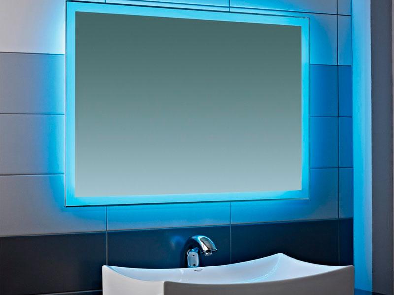 Зеркало с подсветкой - эффективное решение для маленькой ванной комнаты