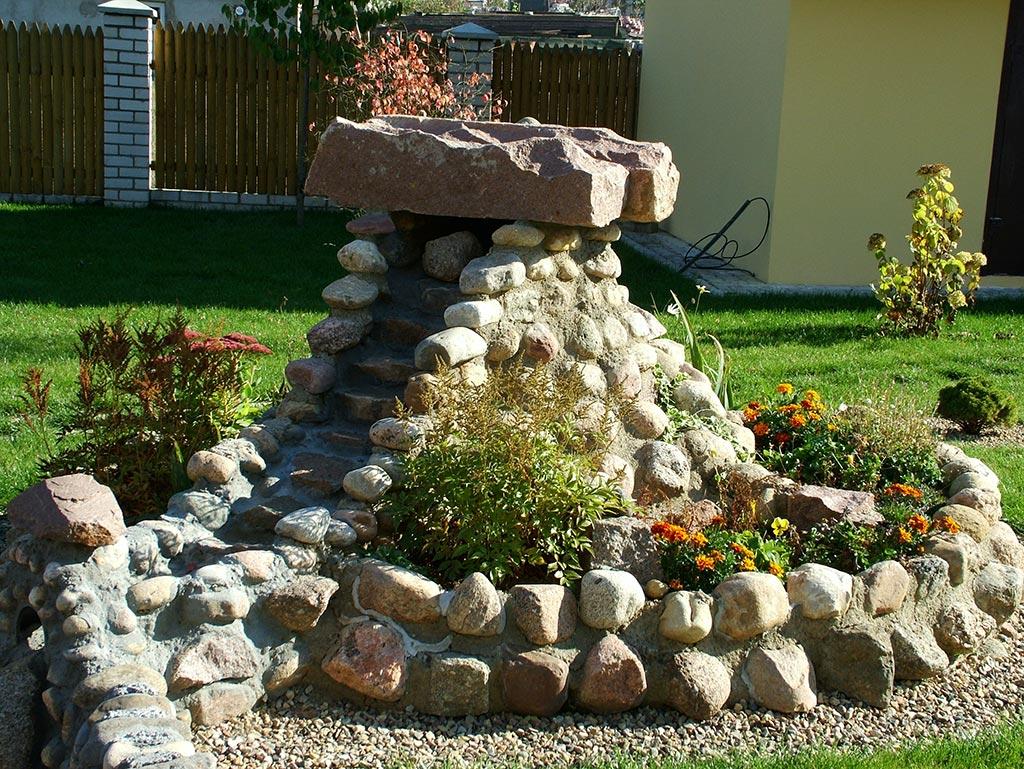 Камни для альпийской горки раскладывают ярусами