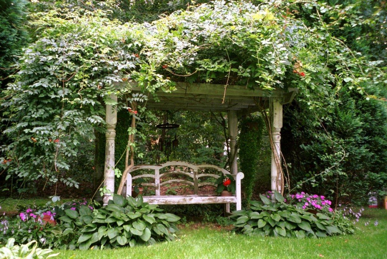 Скамейка в ландшафтном дизайне в английском стиле