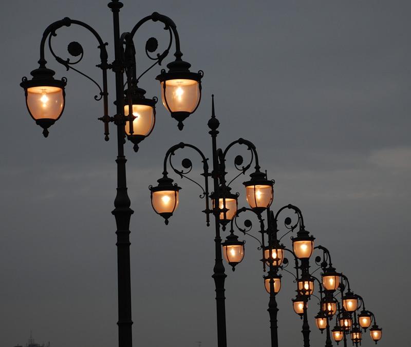 Старинные фонари для ландшафтного дизайна в английском стиле
