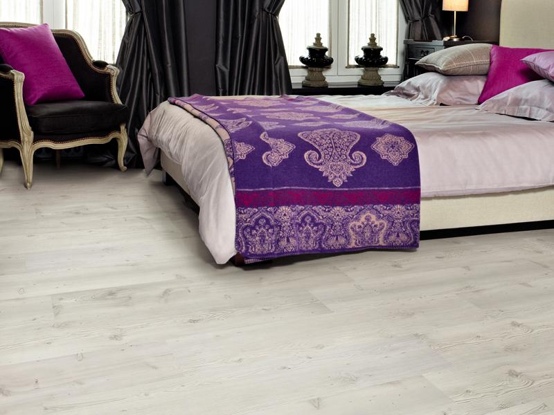 Белый ламинат в интерьере спальни в сочетании с черными шторами