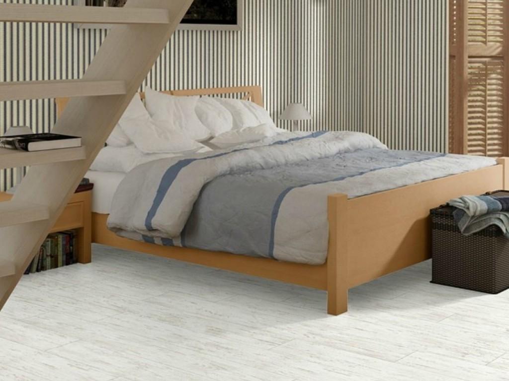 Уютная атмосфера в спальне благодаря белому ламинату