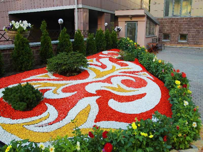 Использование яркого декоративного щебня в ландшафтном дизайне