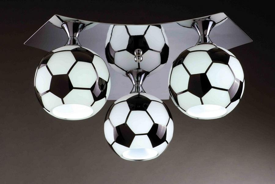 Детская люстра в виде футбольных мячей