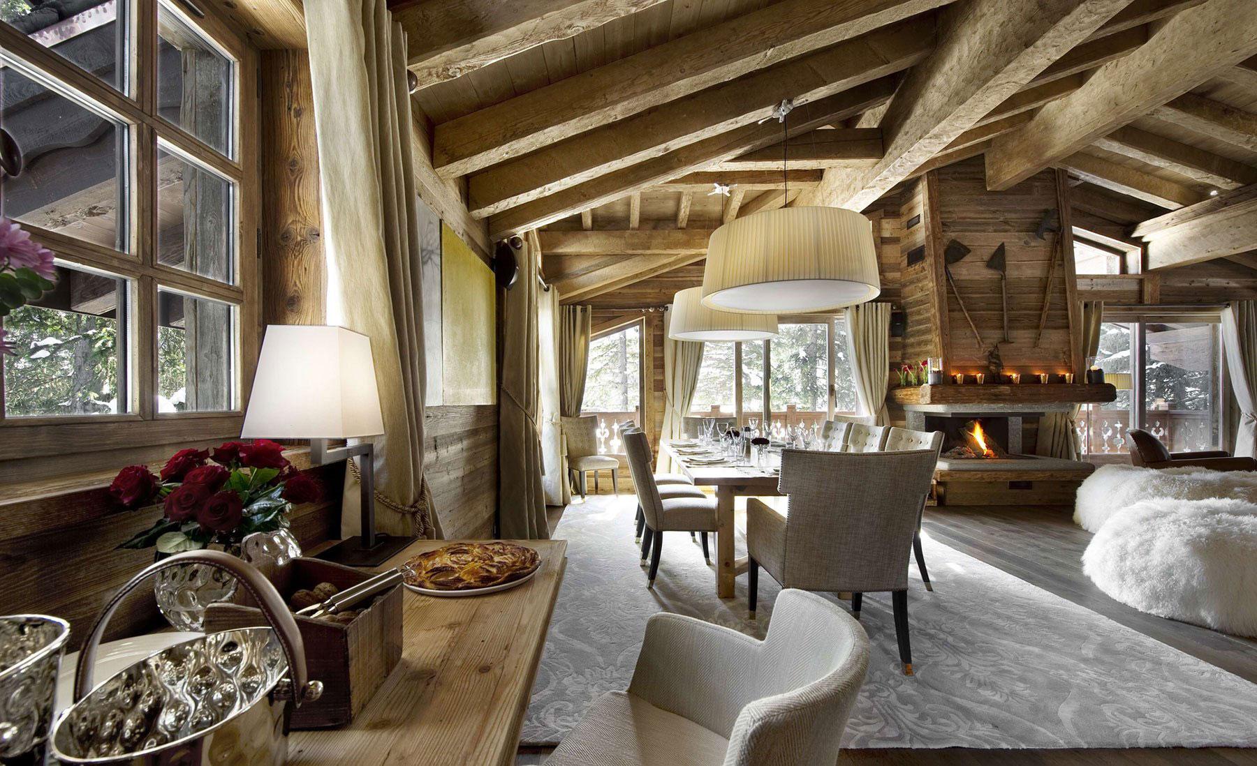 Интерьер гостиной с камином в деревенском стиле