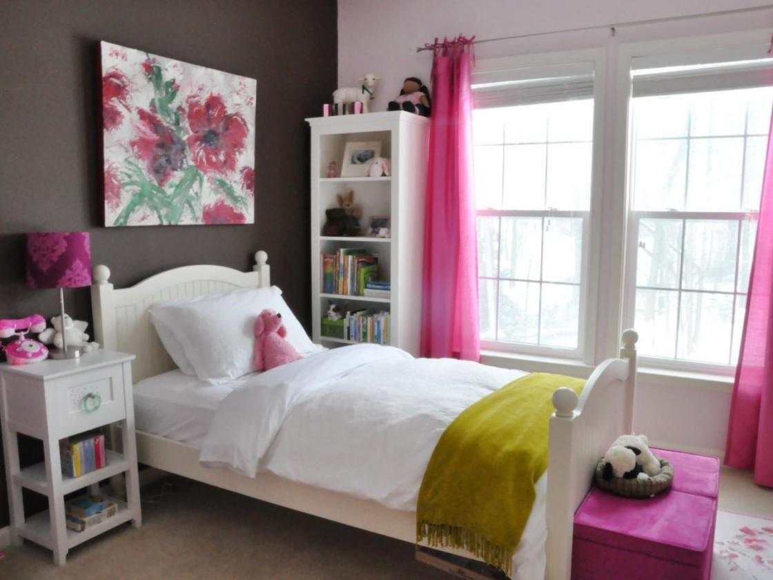 Картина с цветком над изголовьем кровати в комнате для девушки