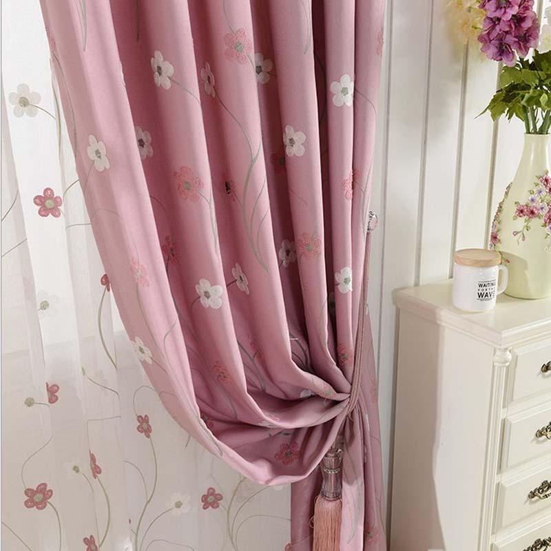 Шторы и тюль в цветочек в комнате для девушки