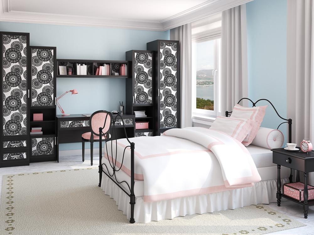 Дизайн комнаты для девочки-подростка в светлых тонах с элементами орнамента