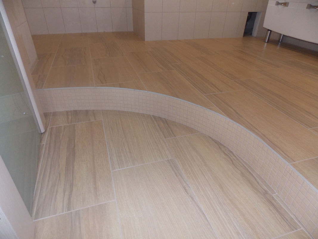Двухуровневый пол для зонирования кухни от гостиной