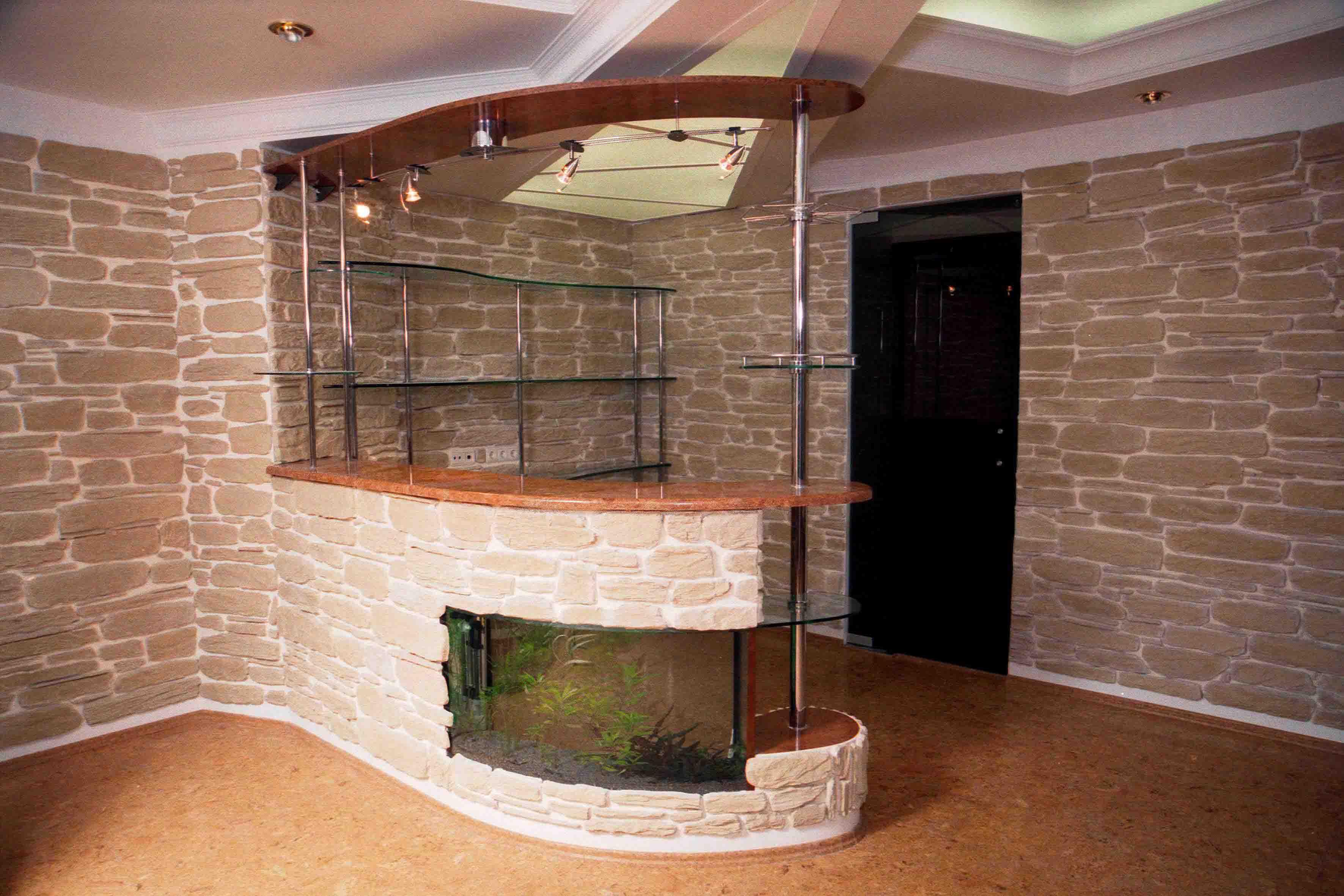 Самодельная барная стойка в интерьере помещения