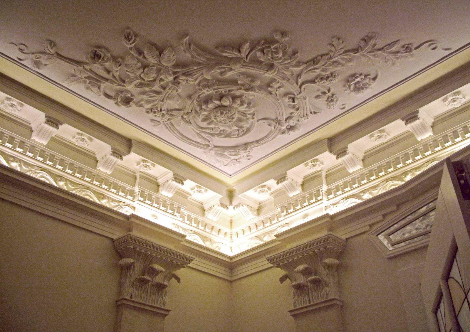 Потолок с элементами из полиуретана