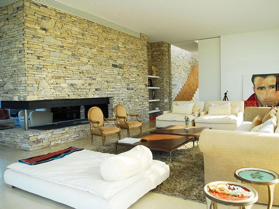 Применение декоративного камня в интерьере современной гостиной
