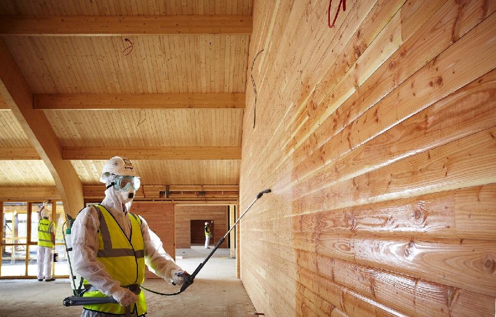 Для внутренних работ используются глянцевые, матовые и полуглянцевые лаковые составы
