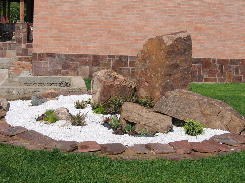 Валуны и плитка из гранита в ландшафтном дизайне