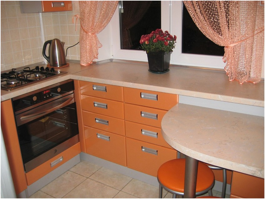 Интерьер маленькой кухни в оранжевых тонах