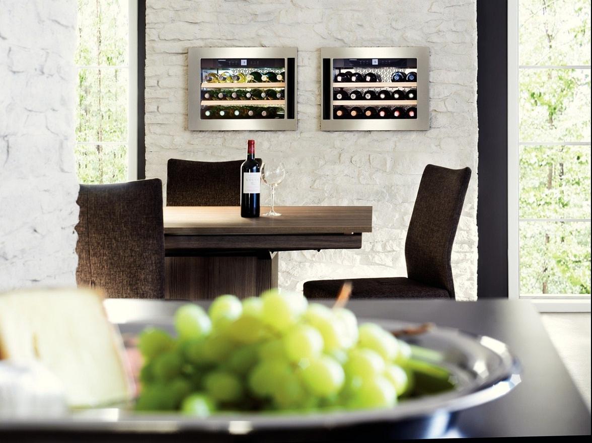 Встраиваемые винные шкафы в интерьере гостиной