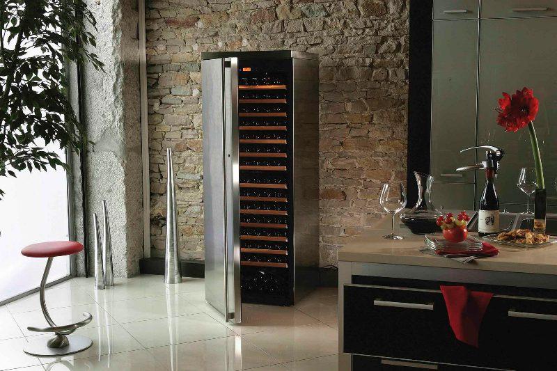 Часто в продаже можно встретить винные холодильники с двумя и тремя отделами