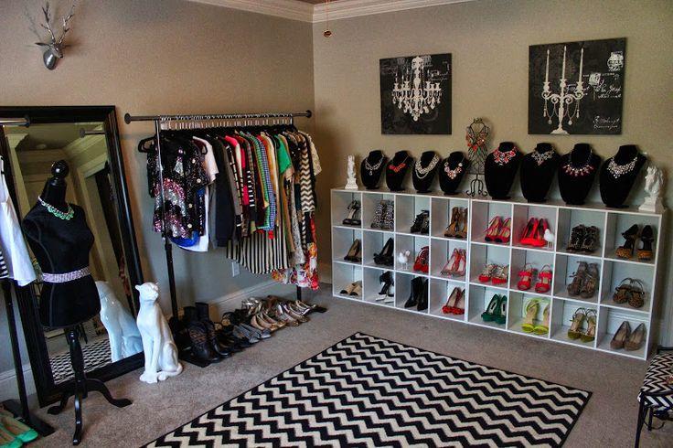 Бежевая гардеробная комната для модных женщин