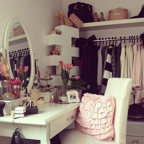 Белая гардеробная с зеркалом