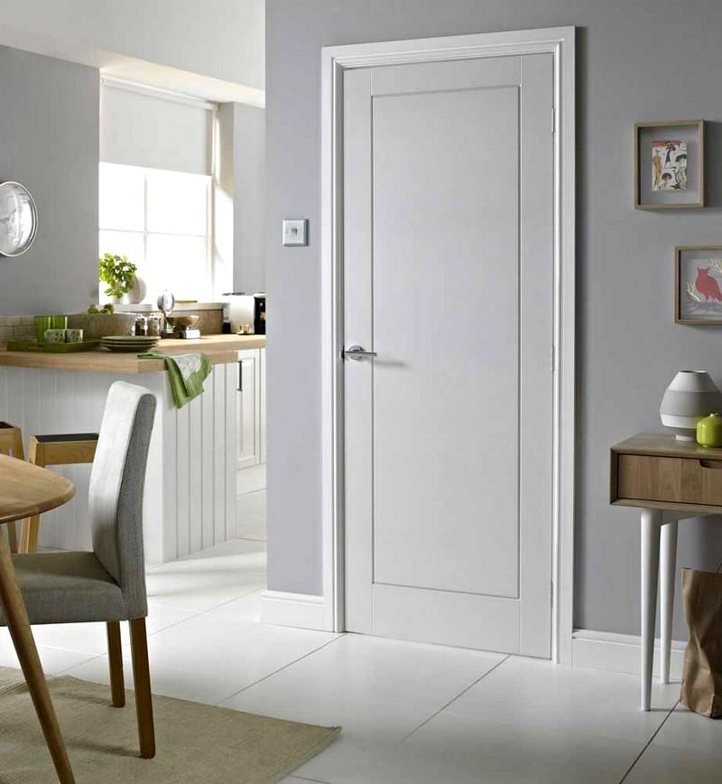 Белая дверь на кухне