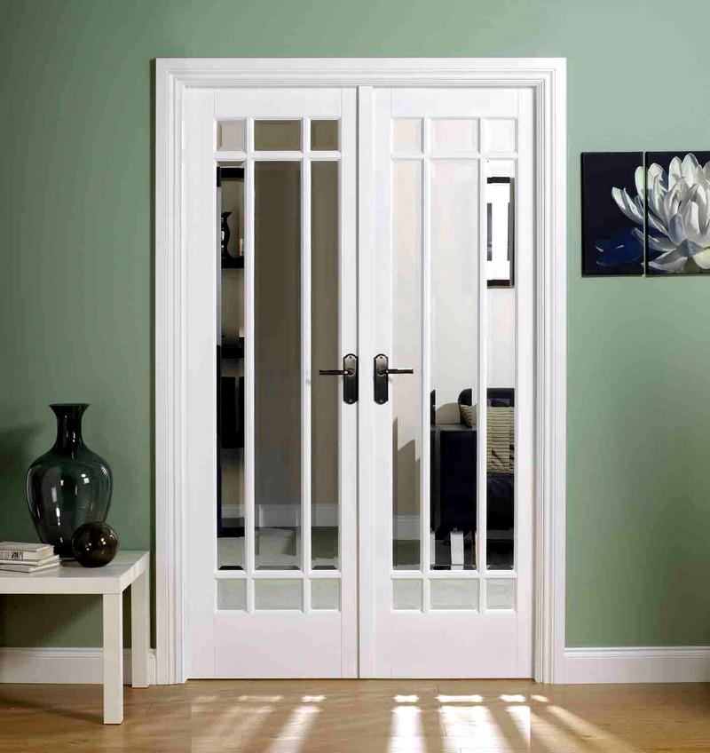 Великолепный интерьер с белыми дверьми