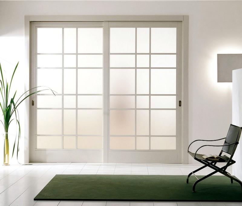 Раздвижная белая дверь
