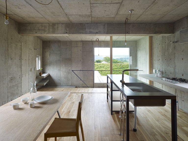 балка из бетона на потолке