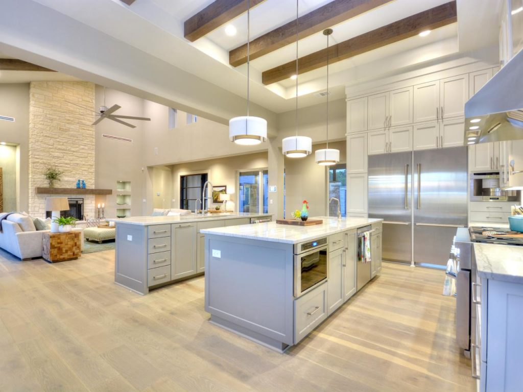 разделение потолочными балками кухни