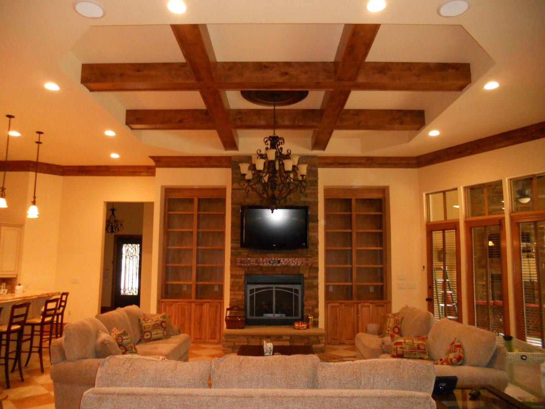 Дизайн потолка в современной гостиной: фото интерьеров