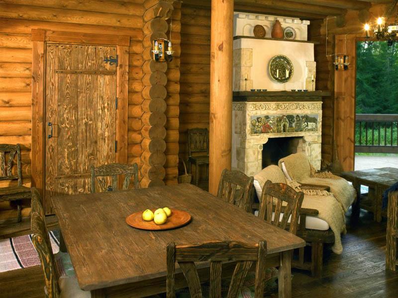 Камин или печь - обязательный элемент внутри деревенского дома