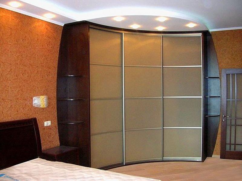 Выбираем встроенный шкаф-купе в спальню, советы и фото