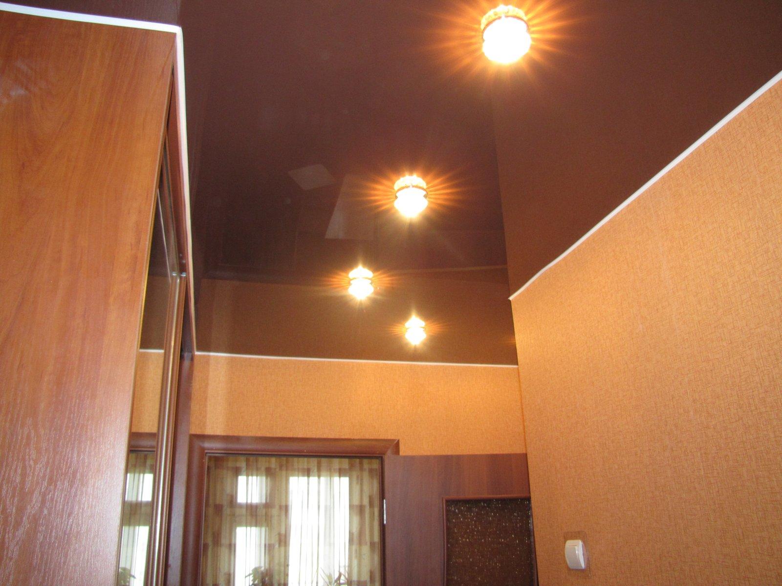 Натяжной потолок в коридоре квартиры