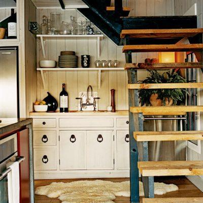 Маленькая светлая кухня в дачном домике