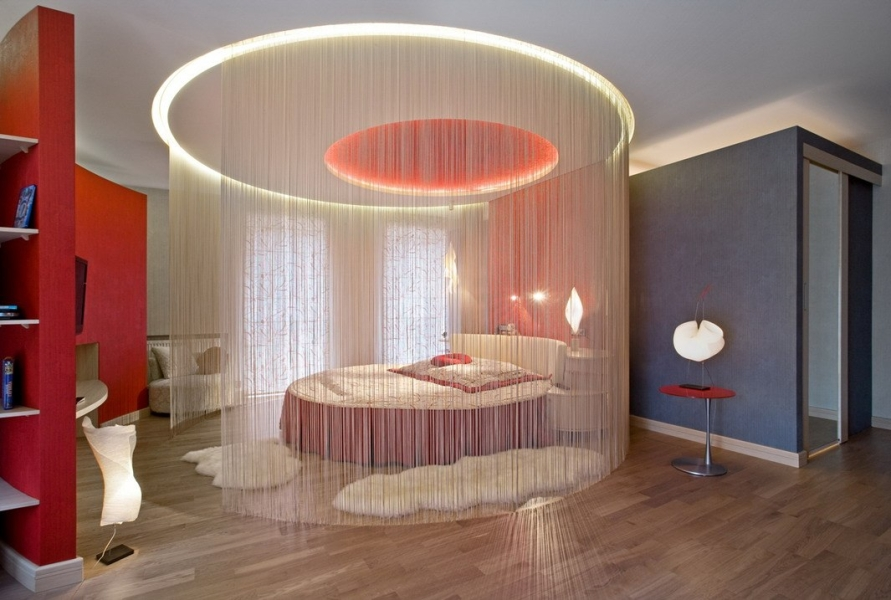 Зонирование спальни нитяными шторами