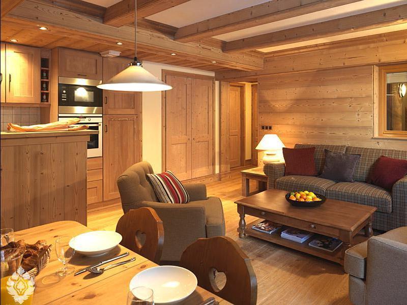 Оформление интерьера внутри дачного дома древесиной