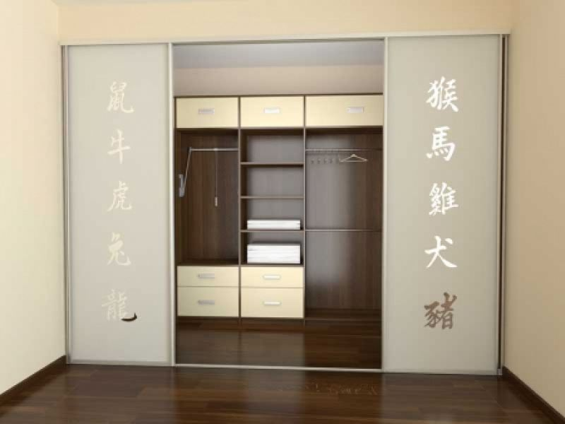Встроенный шкаф-купе с ярким фасадом