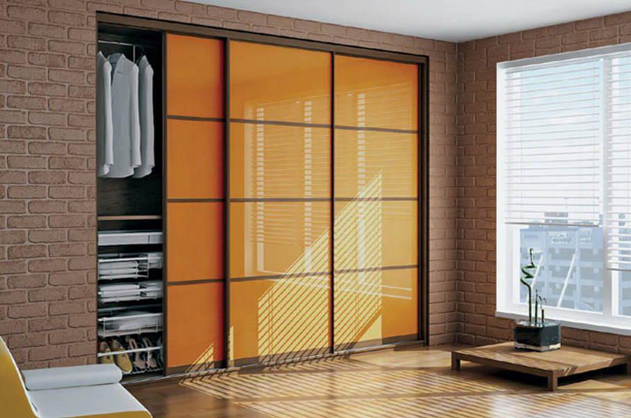 Встроенный шкаф-купе оранжевого цвета