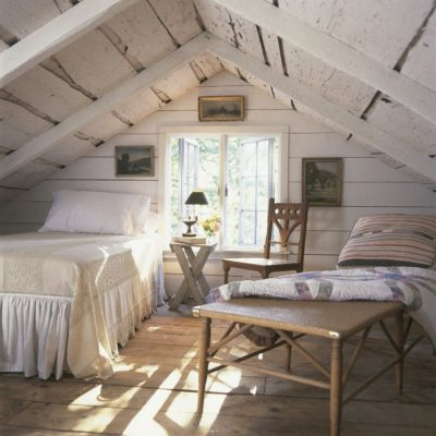 Светлая спальня на чердаке на даче