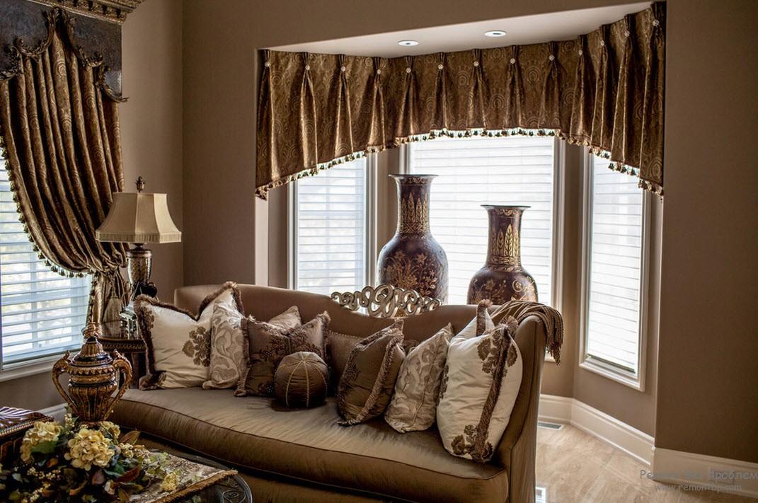 Оформление окон шторами в гостиной