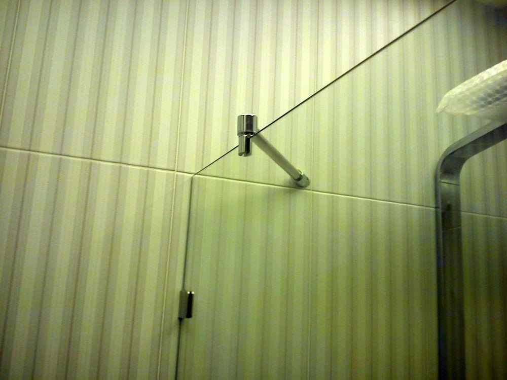 Так можно крепить стеклянную шторку в ванной комнате