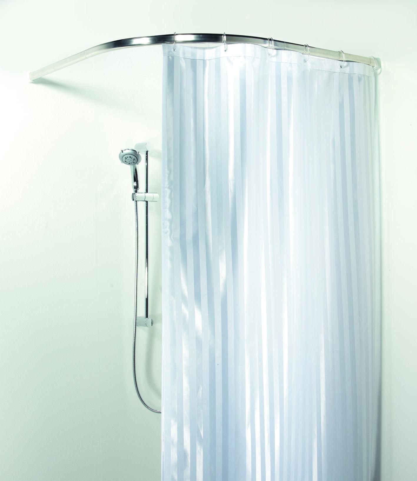 Вертикальные светлые полосы на шторке зрительно удлинят ванную комнату с невысокими потолками