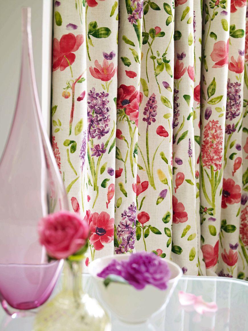 Шторы из натуральных тканей с цветочным узором создадут весеннее настроение