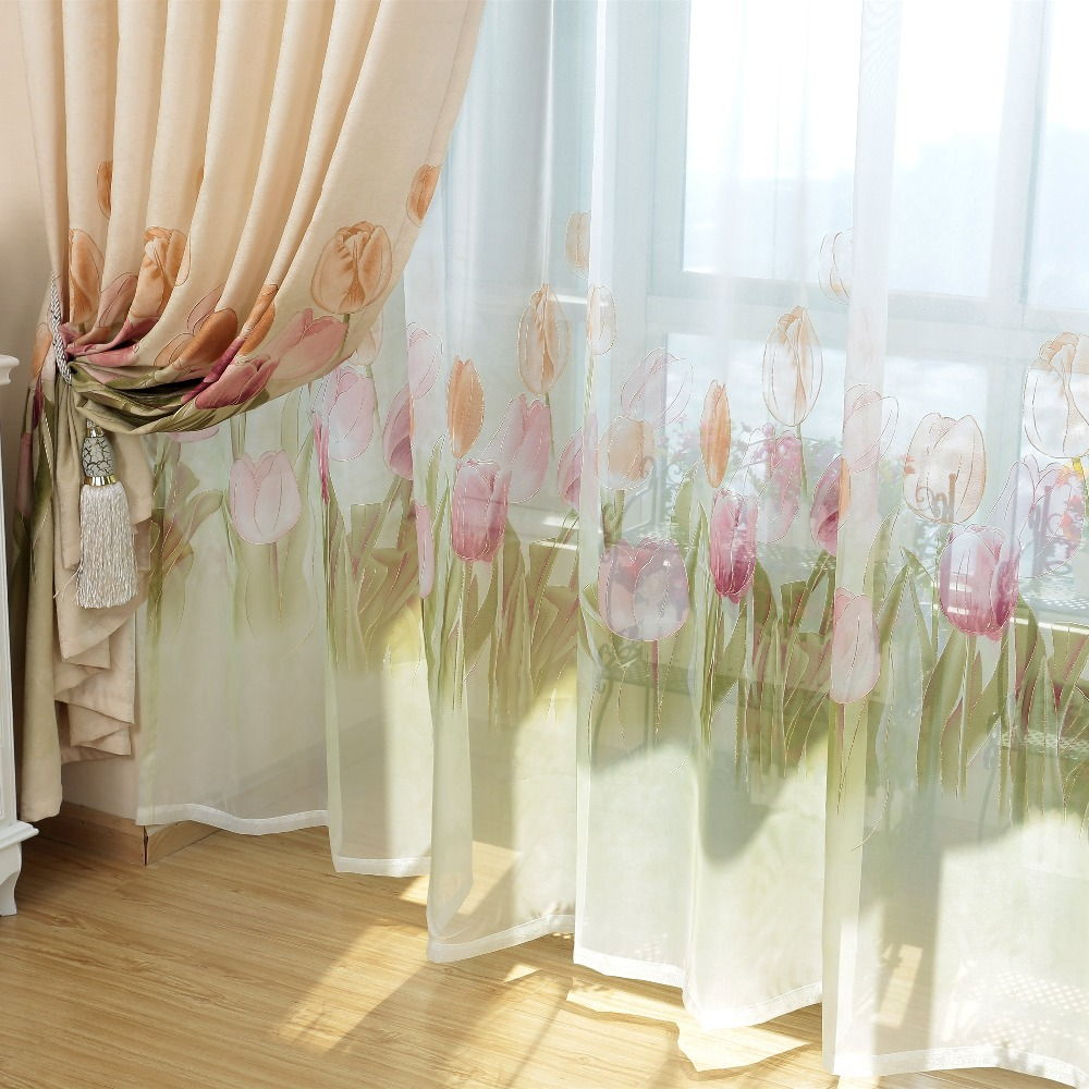 Изысканная драпировка поможет хозяйке сделать просторную гостиную более уютной