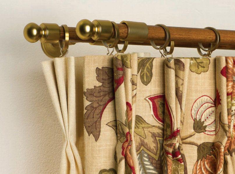 Легкие портьеры в стиле кантри гармонично смотрятся на двухсекционном карнизе
